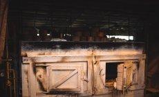 Крупный план стеклодувной печи на стеклодувном заводе — стоковое фото