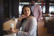 Donna d'affari che lavora sopra computer portatile in ufficio — Foto stock