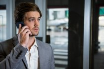 Бізнесмен говорити на мобільний телефон в аеропорту терміналу — стокове фото