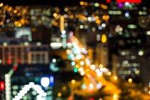 Resumen bokeh de concurrida calle de la ciudad por la noche - foto de stock