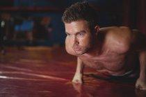 Каратист делает отжимания в фитнес-студии — стоковое фото