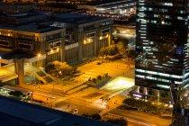 Vista aérea de edificios de calle y oficinas en el distrito de negocios por la noche - foto de stock