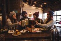 Heureux amis griller avec des verres de bière dans le bar — Photo de stock