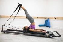 Женщина-реформатор в фитнес-студии — стоковое фото