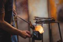 Закри митець формування та формування розплавленого скла на заводі glassblowing — стокове фото