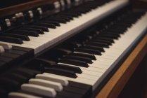 Nahaufnahme der Klaviertastatur im Tonstudio — Stockfoto