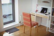 Порожній стілець і стіл в кабінеті в домашніх умовах — стокове фото
