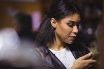 Belle femme utilisant un téléphone mobile — Photo de stock