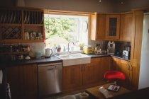 Вид дома интерьер кухни — стоковое фото