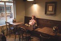 Матері грудне вигодовування дитини в інтер'єр кафе — стокове фото