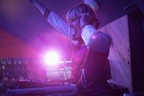 Гарненькою жінки dj весело граючи музику в м. бар — стокове фото
