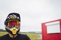 Ciclista vestindo um capacete no skatepark — Fotografia de Stock