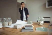 Различные типы каменных плит на столе в офисе — стоковое фото