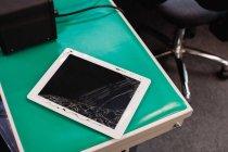 Tablette numérique endommagée dans un centre de réparation — Photo de stock