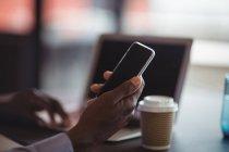 Close-up do homem de negócios usando o celular no escritório — Fotografia de Stock