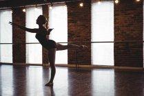 Балетный танец балерины в балетной студии — стоковое фото