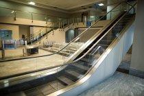 Пустой эскалатор возле зоны ожидания в терминале аэропорта — стоковое фото