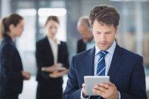Homme d'affaires utilisant la tablette numérique dans le bureau — Photo de stock
