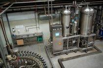 Высокий угол обзора производства оборудования на заводе холодных напитков — стоковое фото