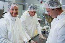 Мясники, работающие вместе на мясокомбинате — стоковое фото