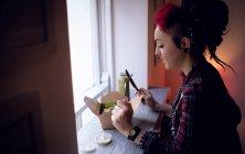 Hermosa mujer teniendo una caja de ensaladas en la cafetería - foto de stock