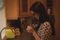 Одна жінка, кава у кухні в домашніх умовах — стокове фото