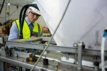 Техник-испытатель на промышленном заводе — стоковое фото