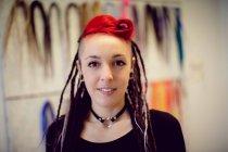 Portrait de coiffeuse dans la boutique dreadlocks — Photo de stock