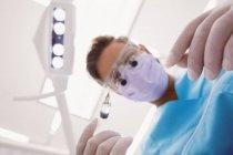 Blick auf den Zahnarzt mit Zahnwerkzeugen in der Zahnklinik — Stockfoto