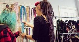 Жіночий магазин власник показ дреди до клієнта в магазин — стокове фото