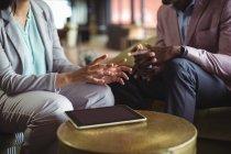 Бизнесмен и коллега взаимодействуют друг с другом в офисе — стоковое фото