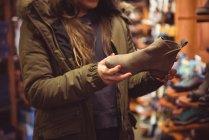 Close-up de mulher selecionando sapato em uma loja — Fotografia de Stock