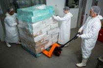 Mitarbeiter der Fleischfabrik bewegen Kisten mit Gabelstapler — Stockfoto