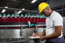 Молоді чоловіки працівник відзначивши про продукти заводі — стокове фото