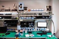 Интерьер электронного сервисного центра — стоковое фото