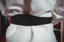 Средняя часть игрока в карате в черном поясе — стоковое фото