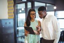 Бізнесмен і колега обговорювати над цифровий планшетний в офісі — стокове фото