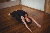 Femme saine faisant de l'exercice avec arc de dos de yoga en studio de fitness — Photo de stock