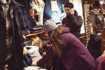 Mulher selecionando vestuário em uma loja de roupas — Fotografia de Stock