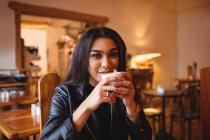 Porträt einer Frau, die Kaffee im Café trinkt — Stockfoto