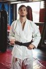 Портрет игрока в карате, стоящего в фитнес-студии — стоковое фото