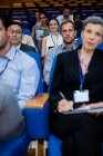 Führungskräfte, die an einem Geschäftstreffen im Konferenzzentrum teilnehmen — Stockfoto
