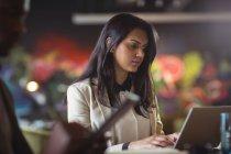 Підприємець, що працюють над ноутбук в офісі — стокове фото