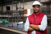 Портрет впевнено чоловік співробітника, стоячи в сік заводу — стокове фото