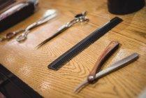 Várias ferramentas na penteadeira na barbearia de barbeiro — Fotografia de Stock
