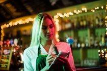 Офіціантка написання замовлення «блокнот» в м. бар — стокове фото
