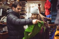 Пара подбора одежды вместе в магазине одежды — стоковое фото