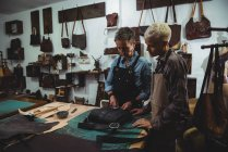 Artesãos atentos que trabalham no interior oficina — Fotografia de Stock