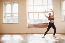 Jolie femme pratiquant la danse hip hop en studio — Photo de stock