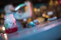 Крупний коктейль банку з лимоном Відкатавши на лічильник в м. бар — стокове фото